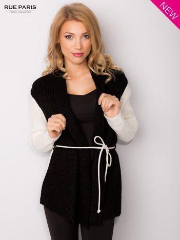Czarny sweter z kontrastowymi rękawami i paskiem