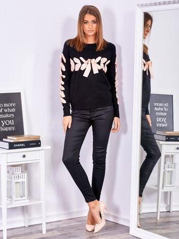 Czarny sweter z ozdobną wstążką