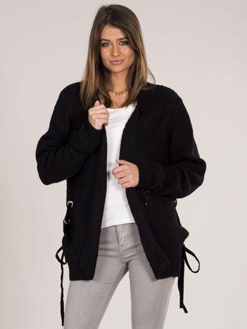 Czarny sweter z wiązaniami
