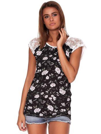 Czarny t-shirt w kwiatowe desenie