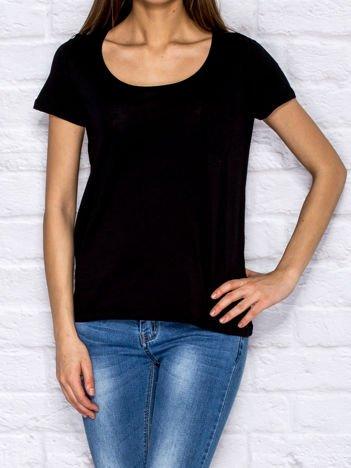 Czarny t-shirt z kieszonką