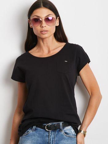 Czarny t-shirt z kieszonką i guzikami na ramionach