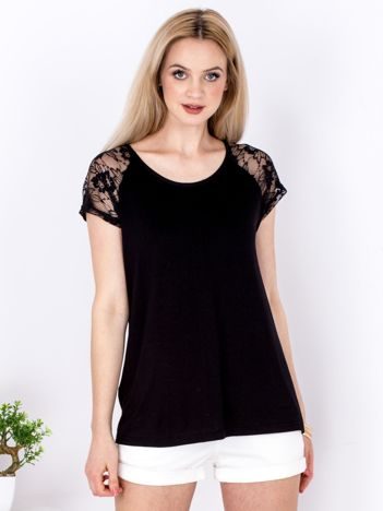 Czarny t-shirt z koronkowymi rękawami