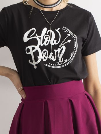 Czarny t-shirt z nadrukiem i cyrkoniami