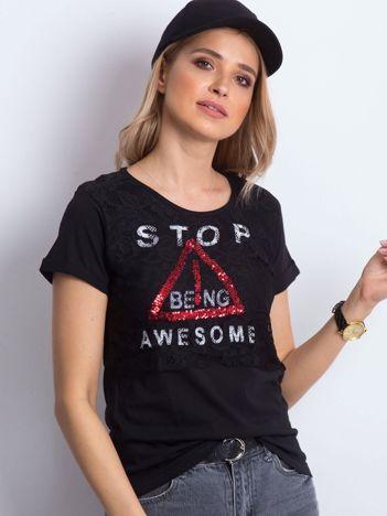 Czarny t-shirt z napisem i koronkową warstwą
