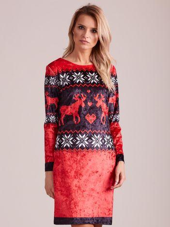Czerwona aksamitna sukienka w norweskie wzory