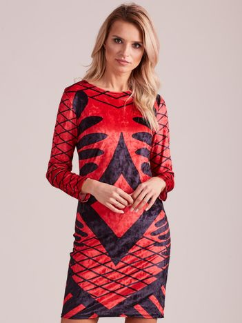 Czerwona aksamitna sukienka we wzory
