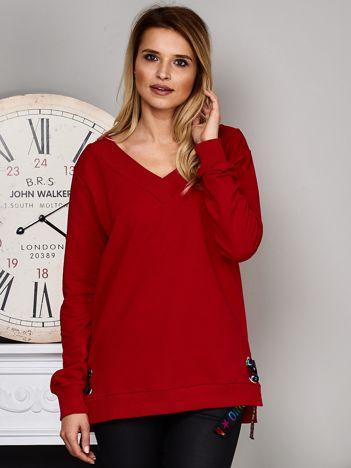 Czerwona bluza V-neck z kolorową taśmą