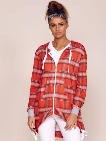Czerwona bluza w kratę z dłuższym tyłem