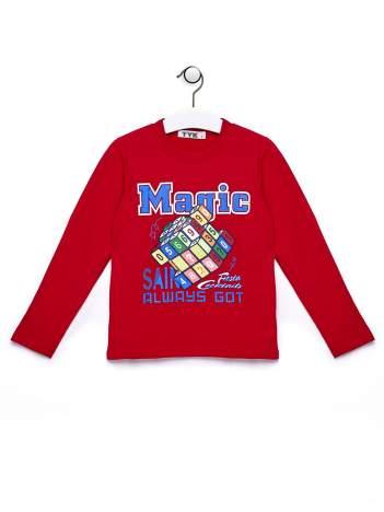 Czerwona bluzka chłopięca z  kolorowym nadrukiem