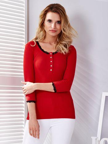 Czerwona bluzka w prążek z koronką przy dekolcie