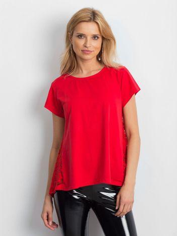 Czerwona bluzka z koronkową wstawką na plecach