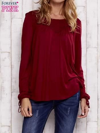 Czerwona bluzka z koronkowym dekoltem