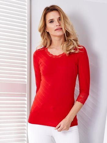 Czerwona bluzka z koronkowym wykończeniem rękawów