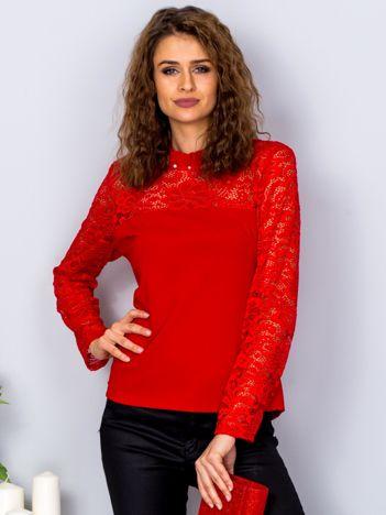 Czerwona bluzka z koronkowymi rękawami