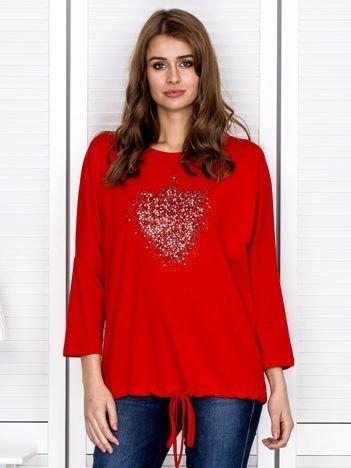 Czerwona bluzka z troczkiem i dżetami