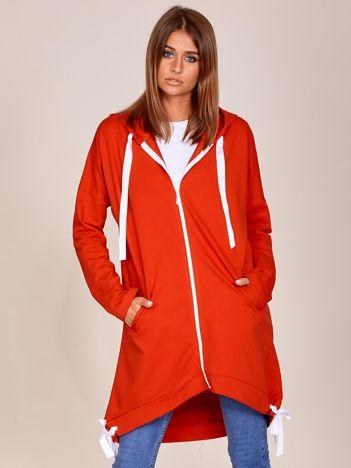 Czerwona długa bluza na suwak z kapturem i wstążkami