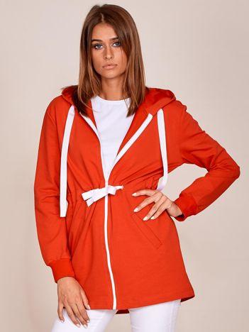Czerwona dłuższa bluza ze ściągaczem w pasie i kapturem
