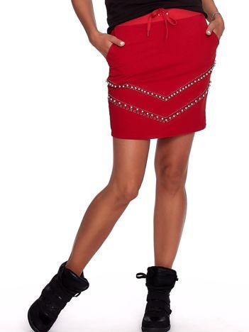 Czerwona dresowa spódnica z kieszeniami i perełkami
