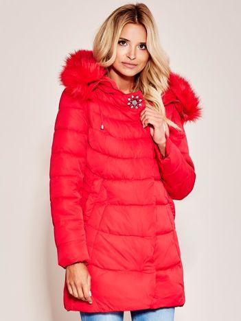 Czerwona kurtka na zimę z futrzanym wykończeniem