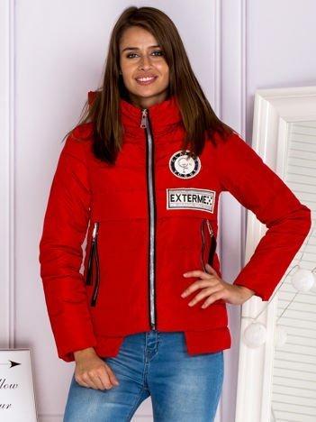Czerwona kurtka zimowa z kapturem i frędzlami