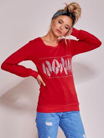 Czerwona lekka bluza z nadrukiem piór i dżetami