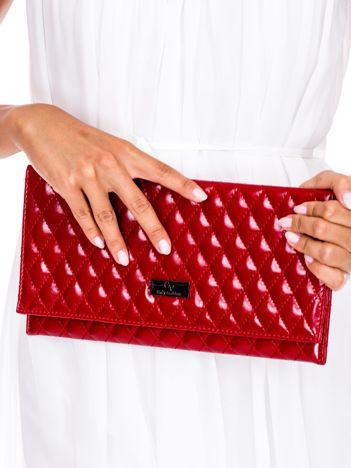 Czerwona pikowana kopertówka