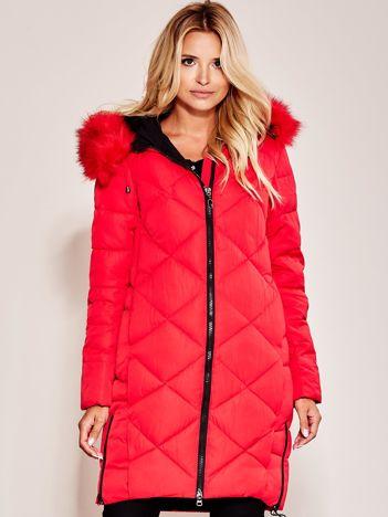 Czerwona pikowana kurtka na zimę z futrzanym kołnierzem