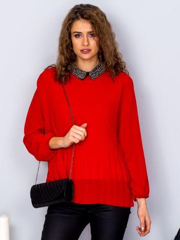 Czerwona plisowana bluzka z biżuteryjnym kołnierzykiem