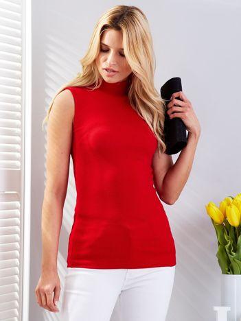 Czerwona prążkowana bluzka z półgolfem
