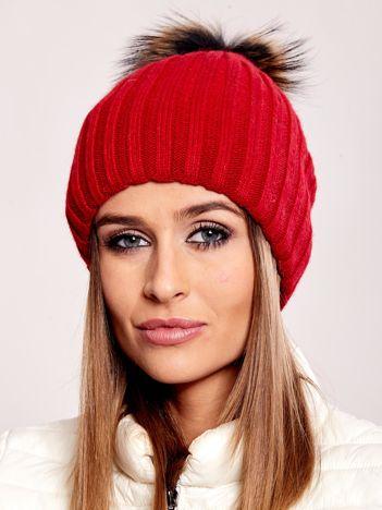 Czerwona prążkowana czapka z futrzanym pomponem