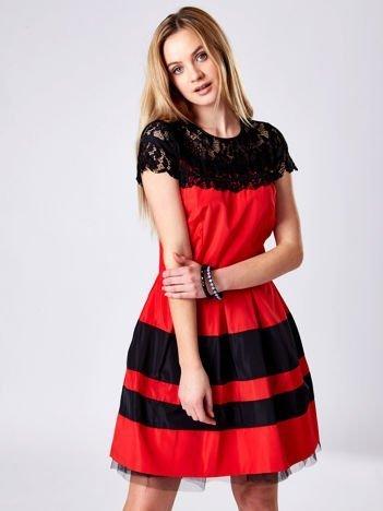 Czerwona rozkloszowana sukienka z koronkowym dekoltem