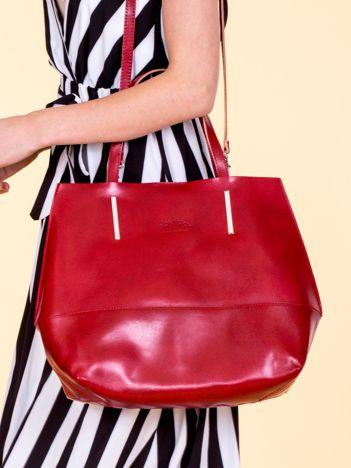 Czerwona skórzana torba damska z ozdobnymi okuciami