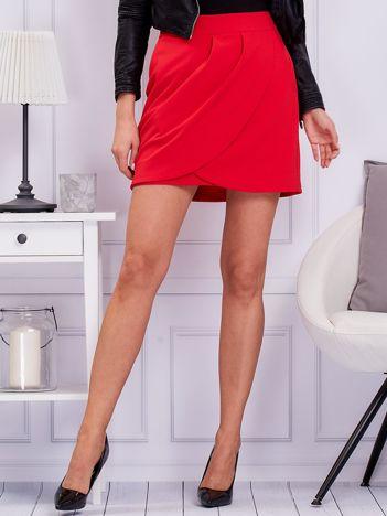 Czerwona spódnica z zakładkami