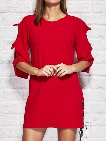 Czerwona sukienka dzienna z kokardami na rękawach