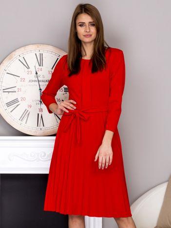 Czerwona sukienka koktajlowa z kokardą i plisowanym dołem