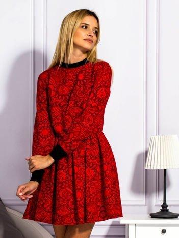 Czerwona sukienka w ornamentowe wzory