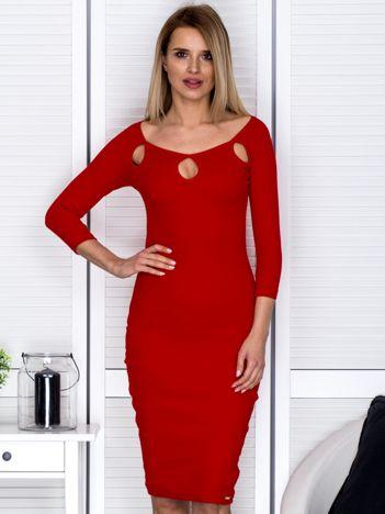 Czerwona sukienka w prążek z wycięciami