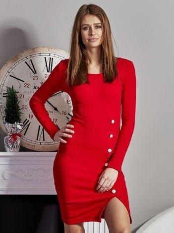 Czerwona sukienka z błyszczącymi guzikami
