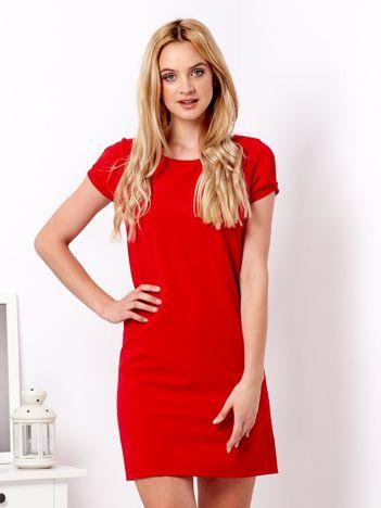 Czerwona sukienka z drapowanymi rękawami