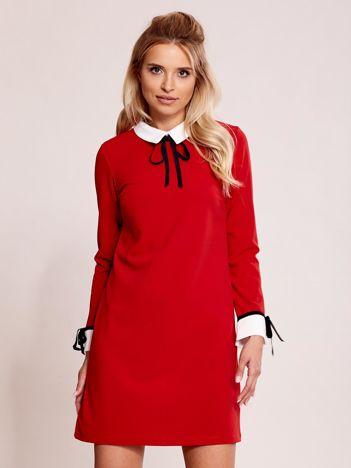 Czerwona sukienka z kołnierzykiem i mankietami