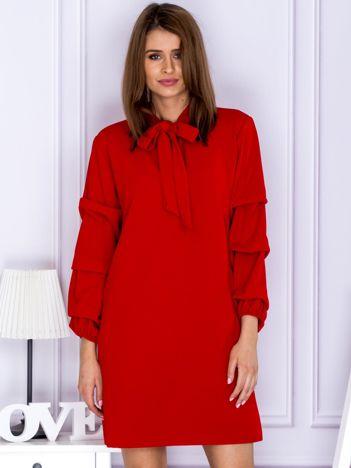 Czerwona sukienka z marszczonymi rękawami