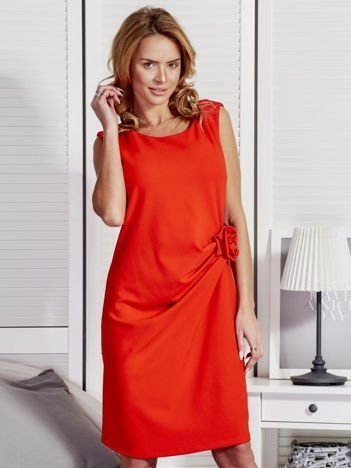 Czerwona sukienka z ozdobnym kwiatem