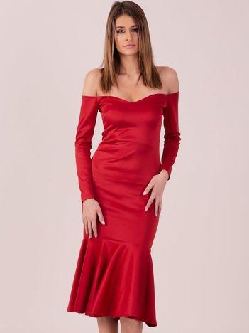 Czerwona sukienka z szeroką falbaną na dole