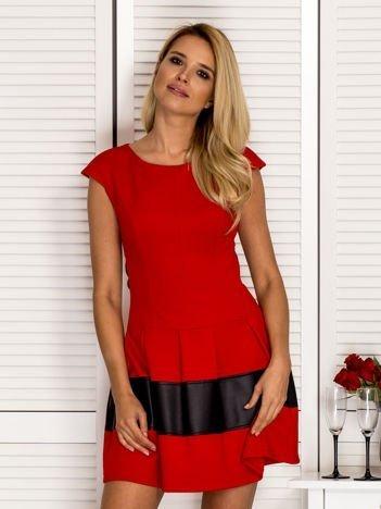 Czerwona sukienka z transparentną wstawką na plecach