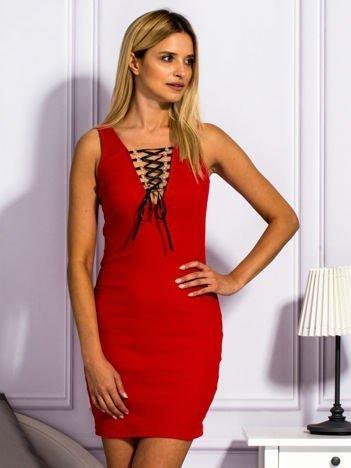 Czerwona sukienka ze sznurowanym dekoltem