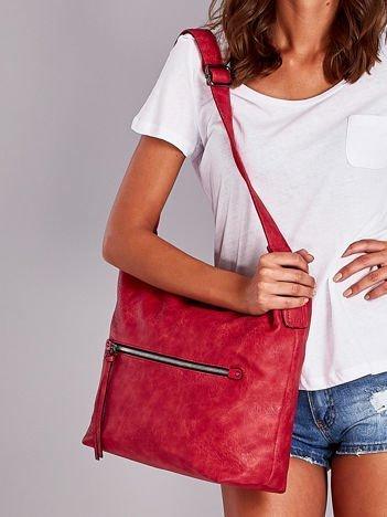 Czerwona torba z ozdobnym suwakiem