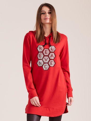 Czerwona tunika dresowa z kapturem i aplikacją