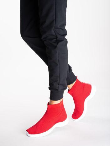 Czerwone buty sportowe z dzianą cholewką za kostkę