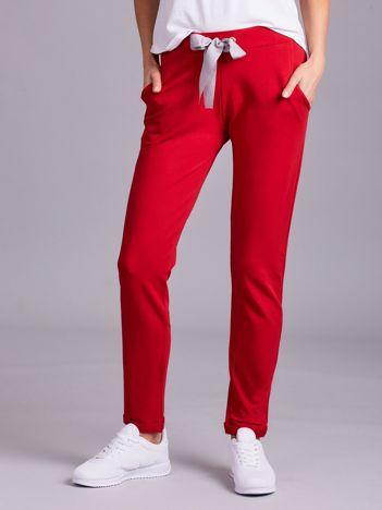 Czerwone dresowe spodnie z wiązaniem